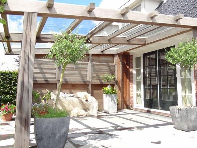 Met een terrasoverkapping kunt u optimaal genieten van uw tuin