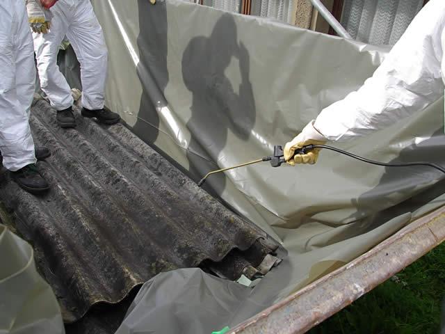 Het verwijderen van asbest dient met de juiste middelen en voorzichtigheid te gebeuren | asbest saneren kosten