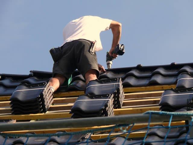 Professionele dakdekker vakkundig en veilig aan het werk   Offerte dakdekker